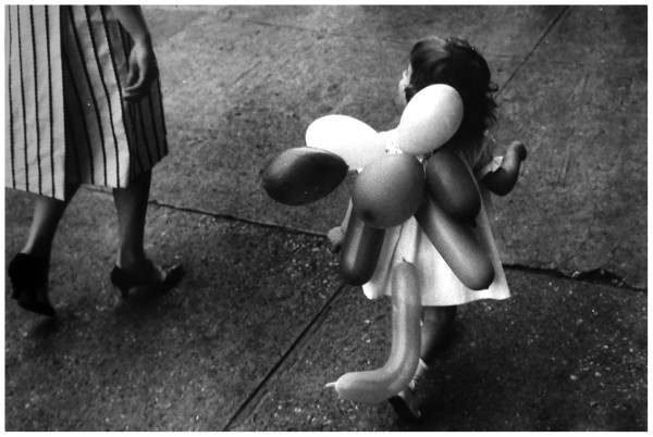 garry-winogrand-laura-ballons-nd