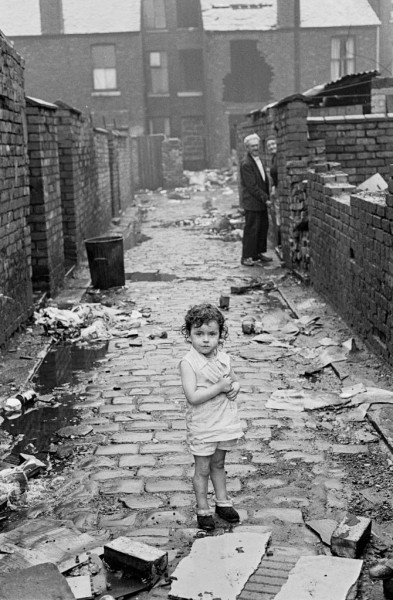 Child-at-end-of-alleyway-Manchester-1972-670x1024
