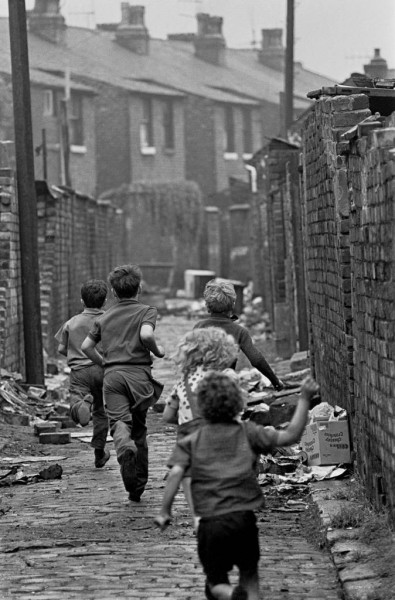 Children-playing-in-Manchester-1971-674x1024