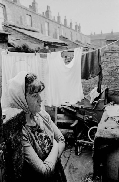 Housewife-in-backyard-of-Manchester-terraced-house-1969-74-12-670x1024
