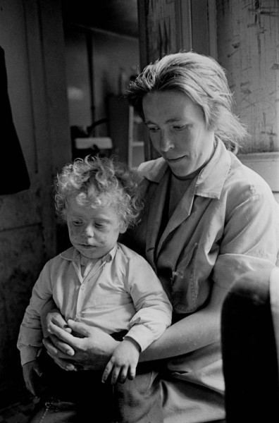 Mother-and-toddler-in-Manchester-slum-housing-1971-389-3-675x1024